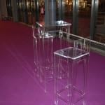 Ensemble table et fauteuils réhaussés sur mesure en plexiglas