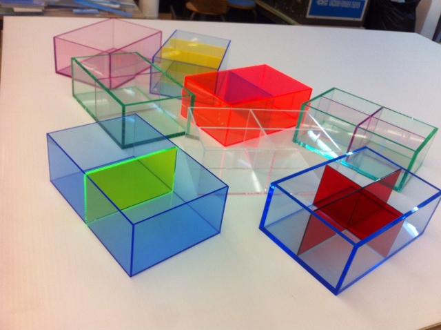Boîtes colorées avec séparations